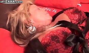 Nasty mature slut gets her dirty cunt