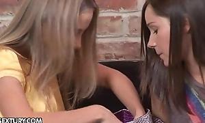 Blow rhythm friends Sinovia and Ashley