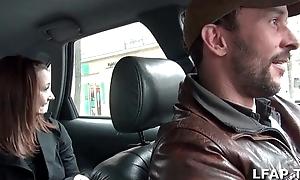 Petite coquine se masturbe dans le taxi qui en profite pour numbing doigter