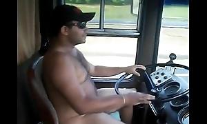 Motorista de &ocirc_nibus dirigindo pelado