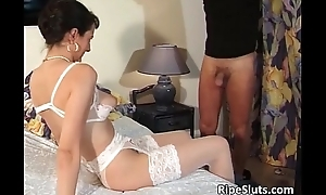 Slutty mature brunette gets wet pussy