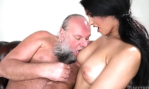 Pulling brunette with chunky naturals fucks an confessor
